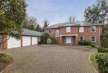 5 bed Detached house in Littleworth Common Road...