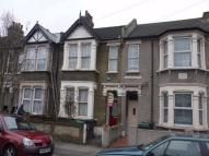 Flat to rent in Roland Road, Walthamstow...