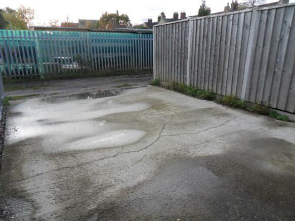 rear driveway / gara