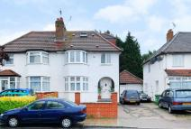 3 bed house in Crest Road, Dollis Hill...