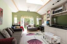3 bedroom Flat in Heybridge Avenue...