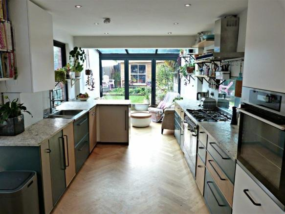 L-shape kitchen/breakfast room
