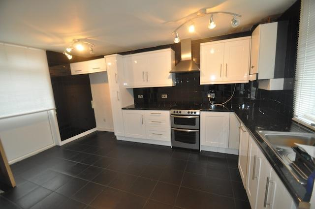 3 bedroom end of terrace house for sale in bisley grove for Contemporary fitted kitchens