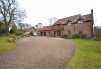 Detached property to rent in Grove Lane, Waltham