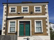 2 bedroom Flat in Chesterton Road, London...