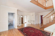 6 bed Detached house in Byron Drive, London, N2