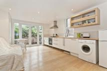 Ground Flat to rent in Herne Hill Road, London...