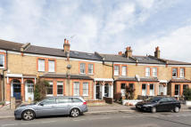 2 bedroom Flat in Sarsfeld Road, Balham...