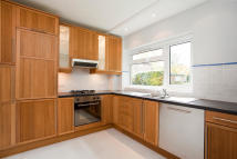 2 bed Ground Flat in Silverwood Close...