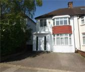3 bedroom semi detached house to rent in West Avenue, Hendon