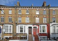 Flat to rent in Cologne Road, Battersea...