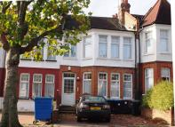 3 bedroom Flat to rent in Fox Lane, London, N13