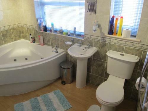 379_838 Blackpool Rd Bathroom.JPG
