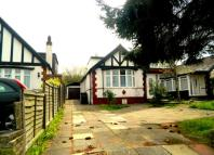 4 bed Bungalow to rent in Byng Drive, Potters Bar...