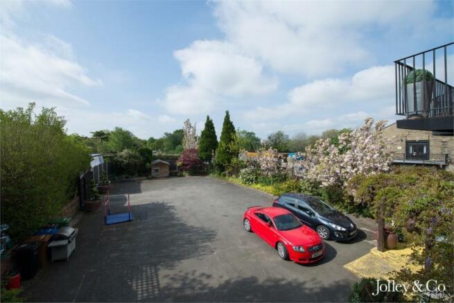 Rear Parking / Gard