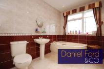 4 bedroom property in Chase Side, London