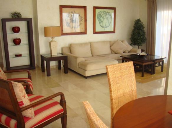 08. Part of the large lounge