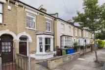 Flat to rent in Henslowe road, London...
