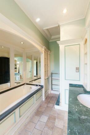 Master En-Suite Bath/Shower Room