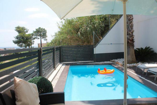 Zona porche y piscina