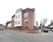 2 bed Ground Flat to rent in RAVENSCROFT AVENUE...
