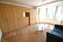 Flat to rent in Worcester Gardens...