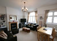 Flat to rent in Cobham Road, Norbiton...