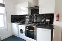 Flat in Bowes Road, London, N13