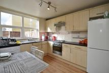 Town House to rent in Queensbridge Road...