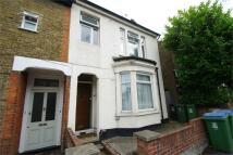 Flat to rent in Queens Road, Watford...