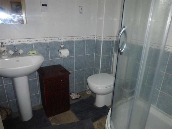 En-suite shower (rea