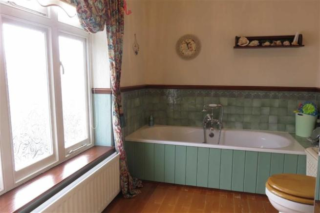 SPLIT-LEVEL BATHROOM