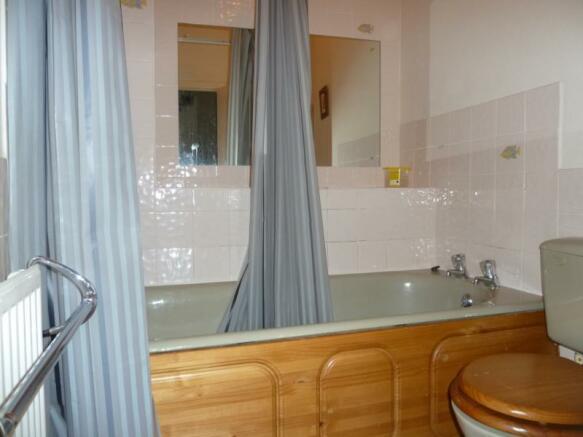 13 Wallfield Place, 1st Left - Bathroom