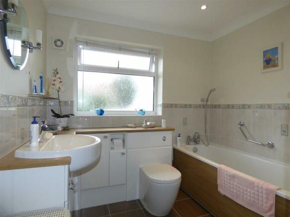 Bathroom (2nd Pic)