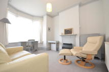 Ground Flat to rent in MARKET PLACE, London, N2