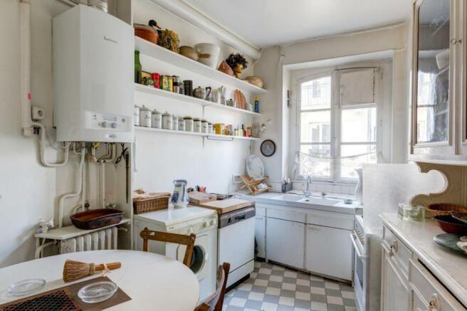 Kitchen diner kitchenette tiled floor Marais Beaumarchais Paris