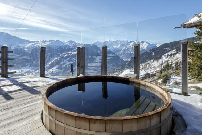 Outdoor hot tub mountain view Chalet Feuille d'Erable Verbier