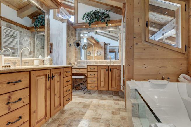 Bathroom two sink stone floor Chalet Feuille d'Erable Verbier