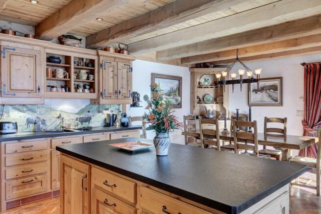 Kitchen breakfast bar island exposed beams Chalet Feuille d'Erable Verbier