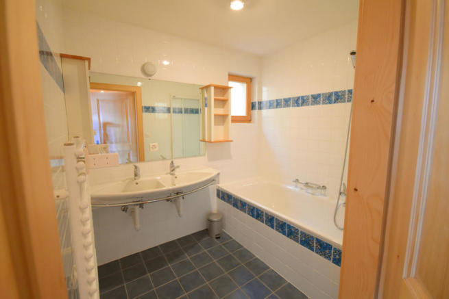 Bathroom twin sink bath tiled Chalet Idée Fixe Champoussin Champéry