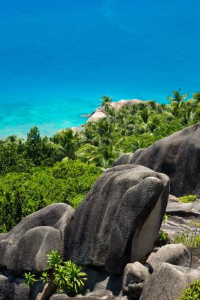 Granite_boulders_and_lush_vegetation_on_Félicité_Island