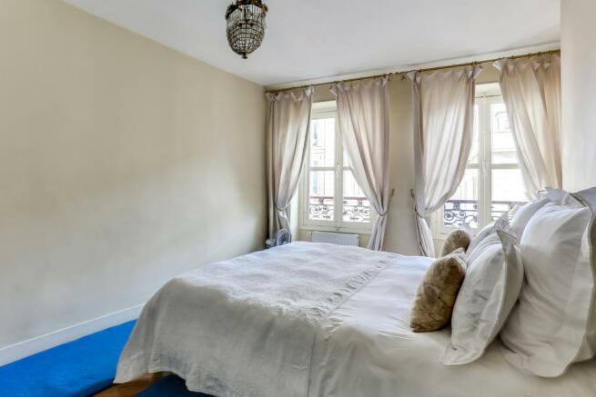 bedroom Rue de Turenne Paris windows