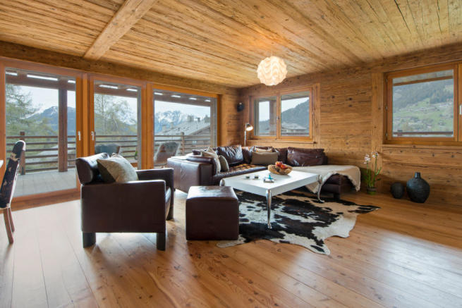 Large living room with mountain views at Valentine 210
