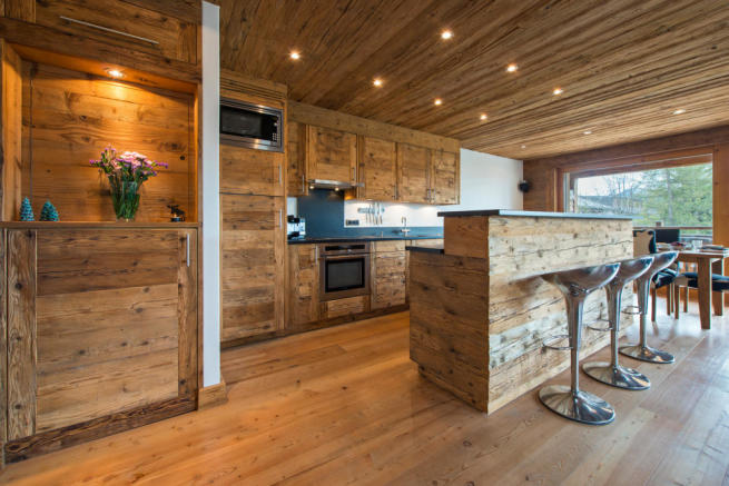 Kitchen with breakfast bar at Valentine 210