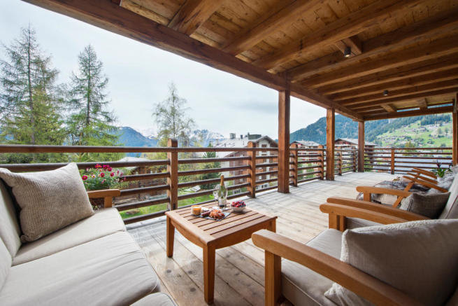 Large terrace facing mountains at Valentine 210