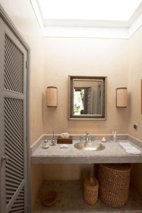 Bathroom with sink and mirror at Villa Jardin