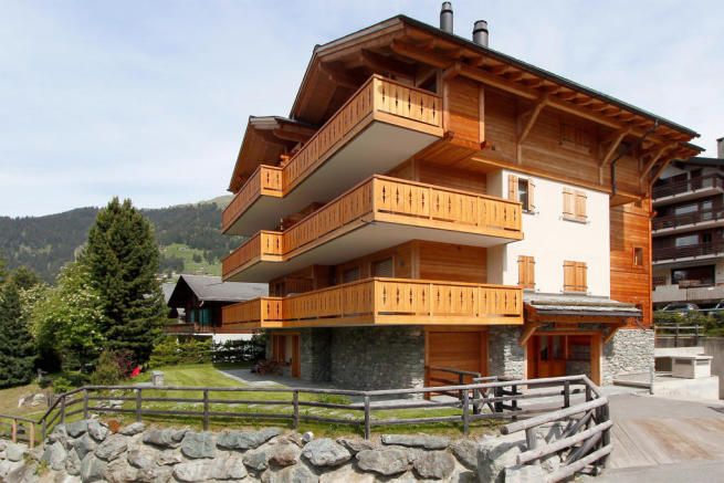 External facade of Gai Torrent chalet building in Verbier