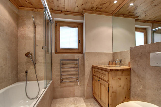 Tiled bathroom at Gai Torrent apartment in Verbier