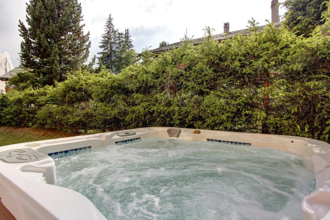 Jacuzzi in the garden of Gai Torrent apartment in Verbier