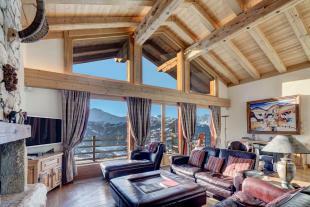 Living room fireplance exposed beams wood floor Chalet Feuille d'Erable Verbier